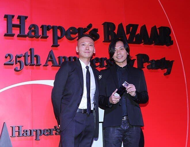 <p>總編輯 Xaven Mak 頒發 &quot;Best Hair Stylist&quot; 獎項予 Billy Choi。</p>