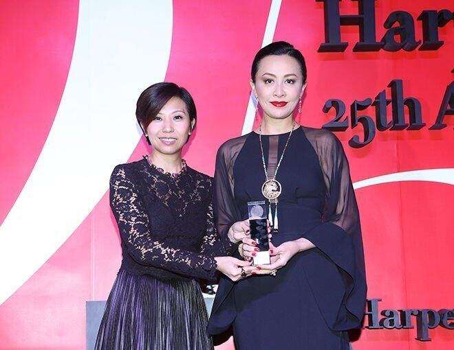 <p>《BAZAAR》Publisher Amy Cheng 頒發 &quot;Cover of the Year 2013&quot; 獎項予影視紅星劉嘉玲小姐。</p>