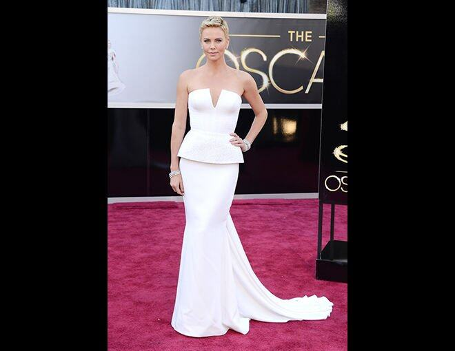 <p>15 大最佳衣着</p><p>Charlize Theron:Dior Couture白色荷葉邊腰飾長裙;Harry Winston 珠寶。</p>