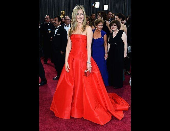 <p>10 大最差衣着</p><p>Jennifer Aniston:Valentino 鮮紅長傘裙;Fred Leighton 珠寶;Salvatore Ferragamo clutch。</p>