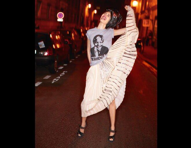 <p> The New Tribal<br />A riot of color, texture, and pattern.</p><p> Rosie Huntington-Whiteley<br />Celine 上衣、半截裙、領巾及手鐲;Prada 高跟鞋。</p><p> Karolina Kurkova<br />Mail South 上衣及半截裙;Yara African Fabrics 頭巾;Anita Ko 耳環(上);Givenchy by Riccardo Tisci 耳環(下);Celine 手提包;Prada 高跟鞋。</p>
