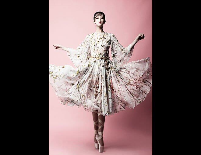 <p>A young girl who dreams of dancing with the spirit of rose......</p><p>Dolce &amp; Gabbana 碎花雪紡連身裙及金色腰帶。</p>