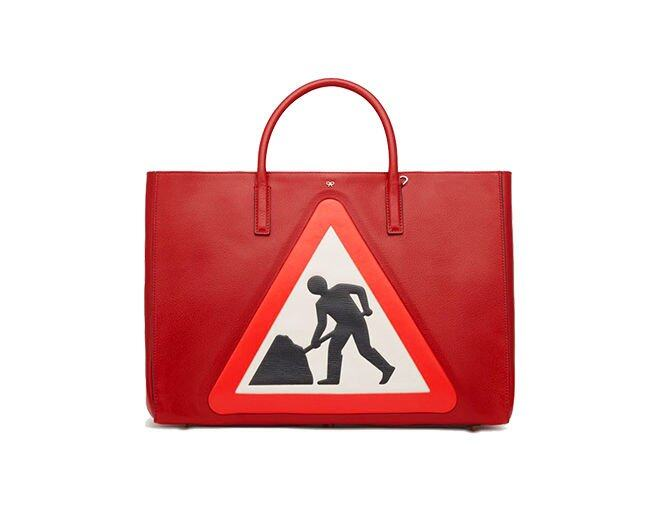 <p> Anya Hindmarch Ebury Maxi Featherweight Men at Work Red Capra Top 手袋。<br />​$19,500</p>
