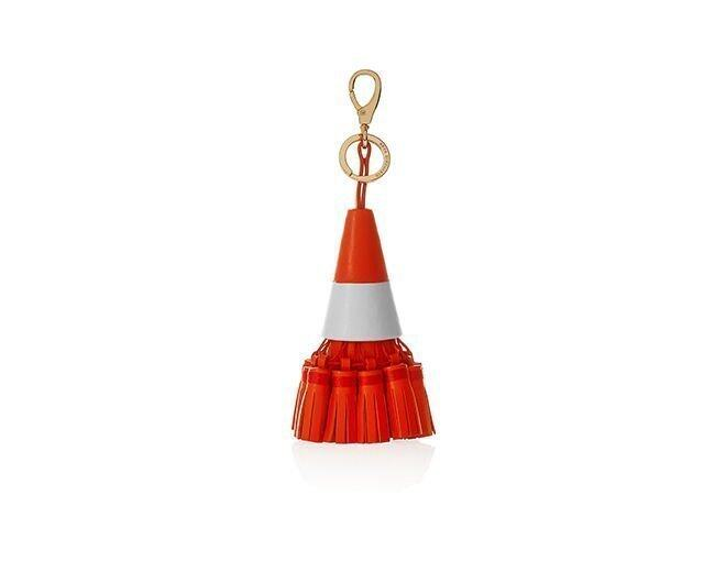 <p> Anya Hindmarch Traffic Cone Flame Red Circus Tassel 鎖扣。<br />$5,190</p>