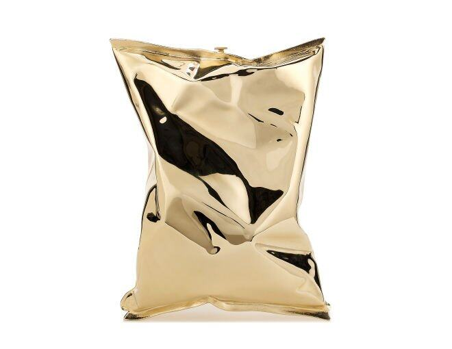 <p>Anya Hindmarch </p><p>Crisp Packet 金色金屬薯片手袋 $13,200。</p>