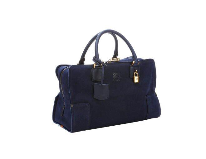 <p> Loewe 黑色麂皮 Amazona 手袋。<br />$1,920</p><p><a href='http://www.bluefly.com/loewe-navy-blue-suede-top-handle-bag/PRODUCT_FEED/346708301/detail.fly?referer=ca_shopstyle&amp;cm_mmc=ca_shopstyle-_-Loewe-_-tote-bags-_-3467083&amp;partner=Gate_CSE_shopstyle_Loewe_tote-bags&amp;utm_medium=comparison_engines&amp;utm_source=shopstyle&amp;utm_campaign=Loewe&amp;utm_content=tote-bags' target='_self'>www.bluefly.com</a></p><p> </p><p> </p>