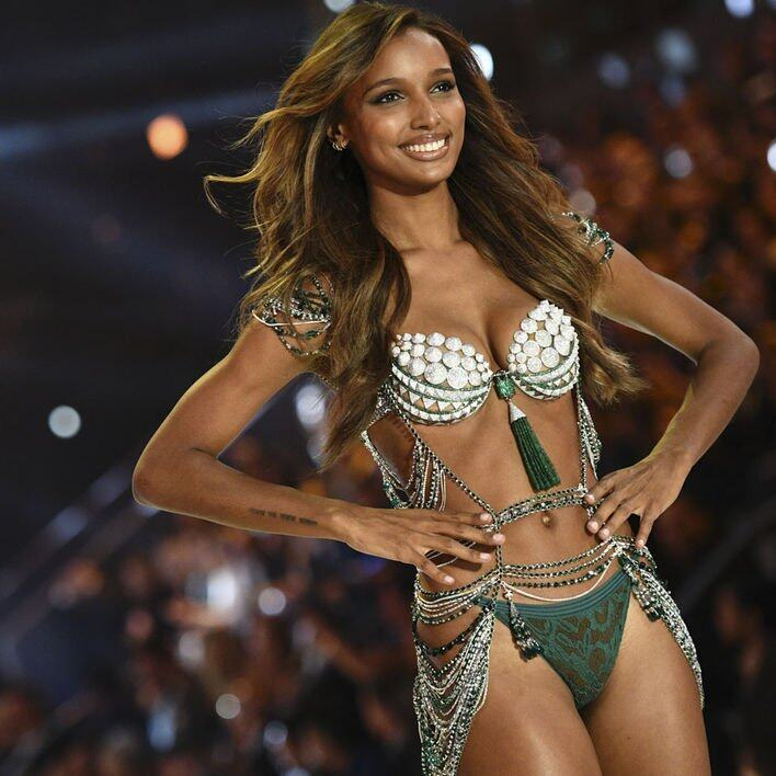 由黑人模特兒 Jasmine Tookes 示範的 The Bright Night Fantasy Bra,總值300萬美元。