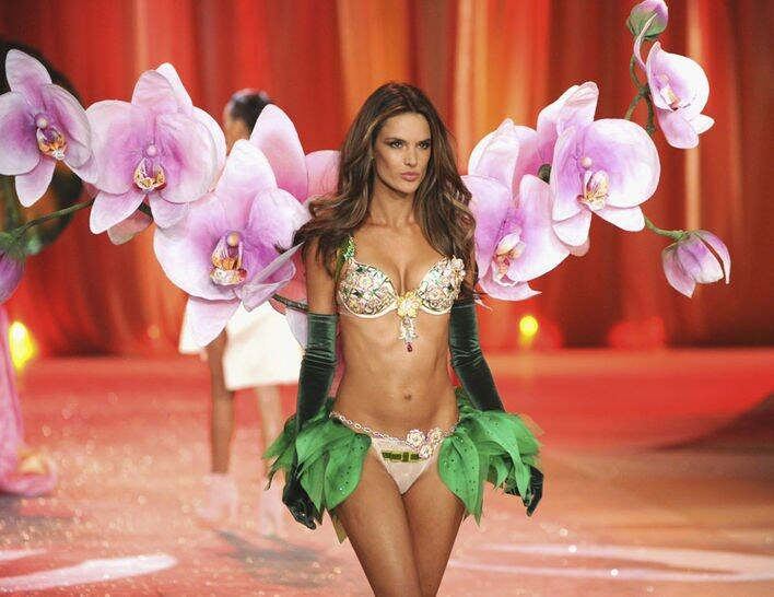 2012 年 Alessandra Ambrosio 示範的 The Floral Fantasy Bra,總值 250 萬美元。