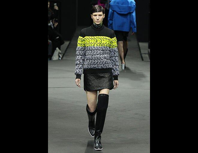 <p>Alexander Wang</p><p>2014 秋冬 Ready-to-wear:愈戰愈強的 A Wang,派上一個概念性的系列。&quot;Extreme conditions and survival&quot; 是創作的藍本,展現在可以去攀山涉水的保護衣飾上:厚織的毛上、壓腰果花圖案短皮裙、裝了護膝的 over-the-knee boots。</p><p>設計師:Alexander Wang </p>