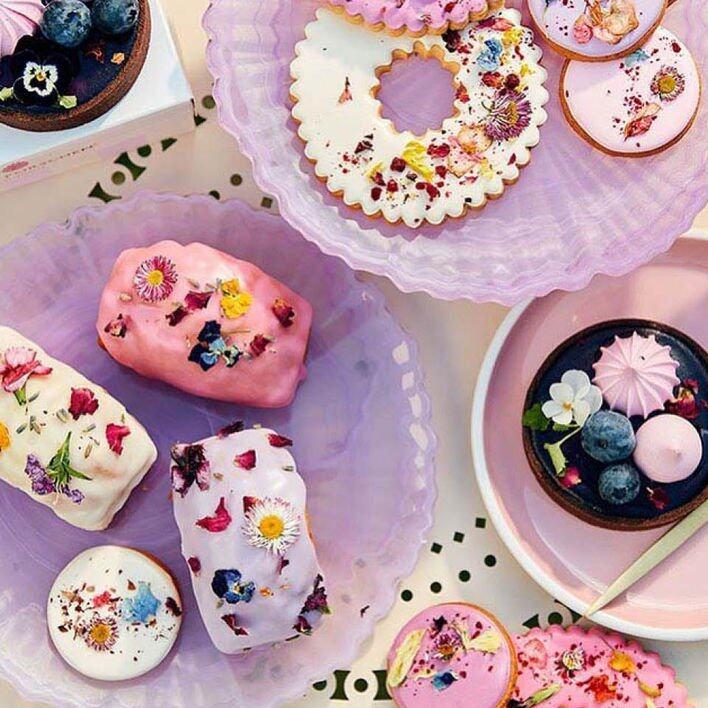蛋糕上用了可食用花朵,色彩鮮艷奪目