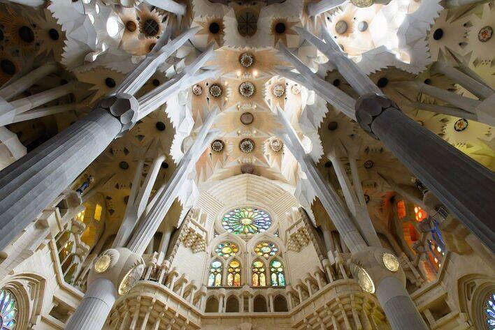 漫步高第聖家堂、畢卡索美術館,到訪巴特婁之家等,感受另類的建築美學。